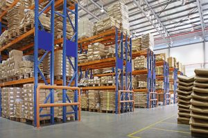 magazijn met meerlagige rekken in een fabriek