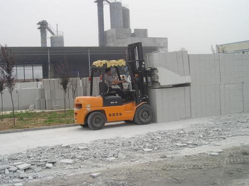 Heftruck cementblokklem